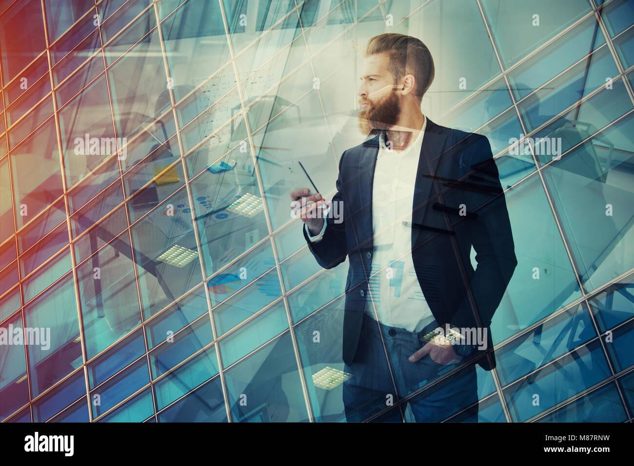 Unternehmer blickt weit in die Zukunft. Konzept der Innovation und Startup Stockbild