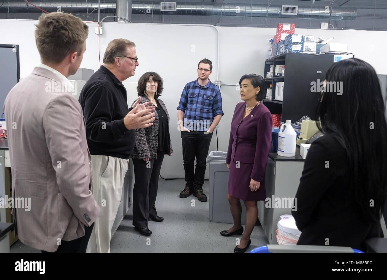 Los Angeles, Kalifornien, USA. 20 Feb, 2018. Rep. Judy Chu, 2. rechts, und Robert Bischof, 2. links, Präsident von Stockfoto
