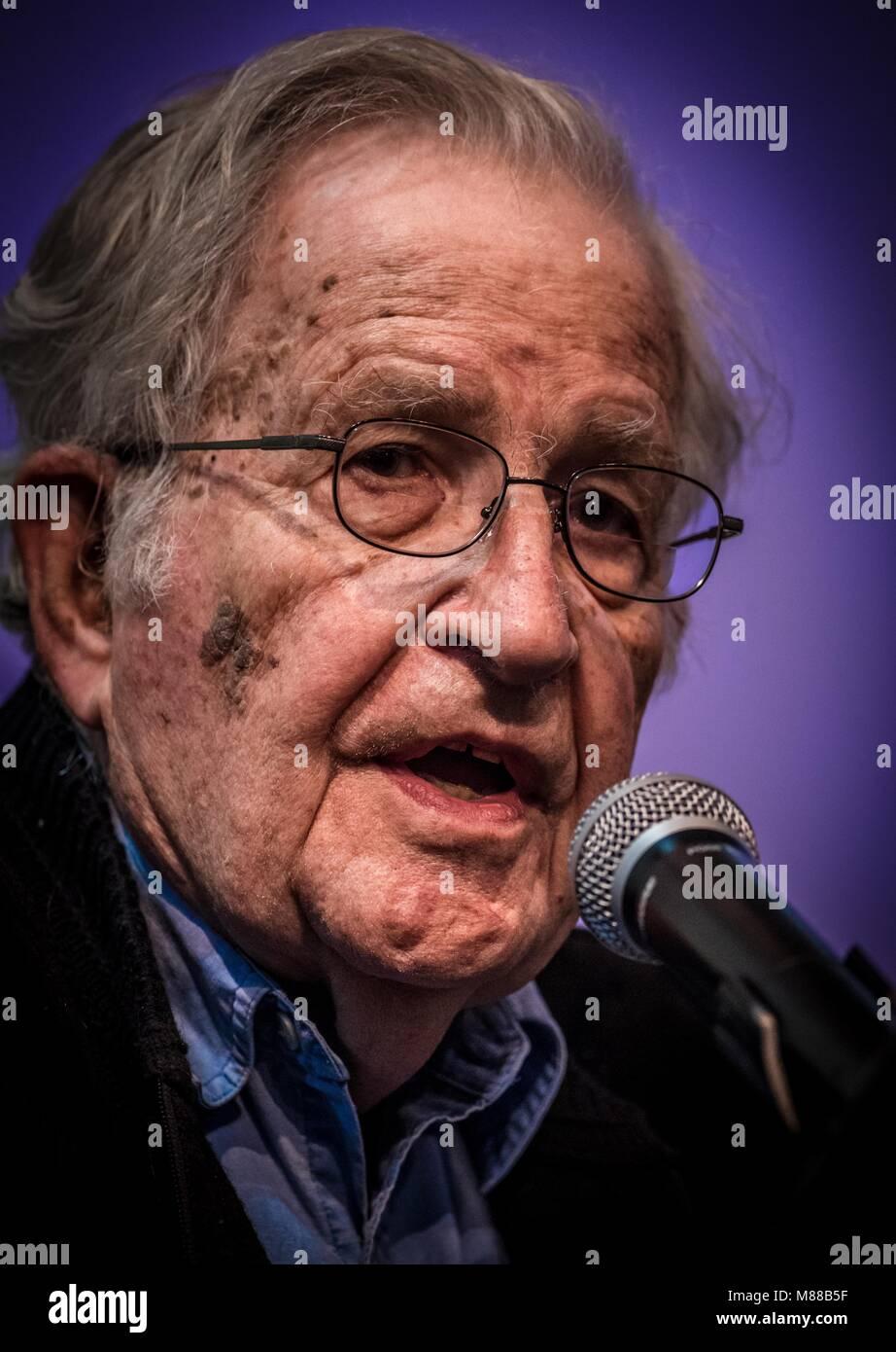 Massachusetts Institut für Technologie, USA. 15. März, 2018. Noam Chomsky, bot die Konferenz Gangter Kapitalismus Stockbild