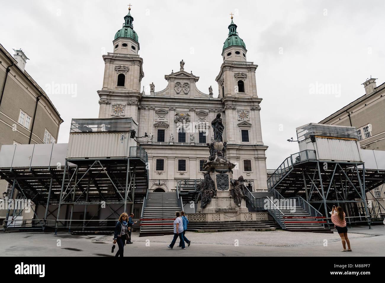Salzburg, Österreich - 6 August 2017: Kathedrale von Domplatz montiert mit Bühne für Musik Festival Stockbild