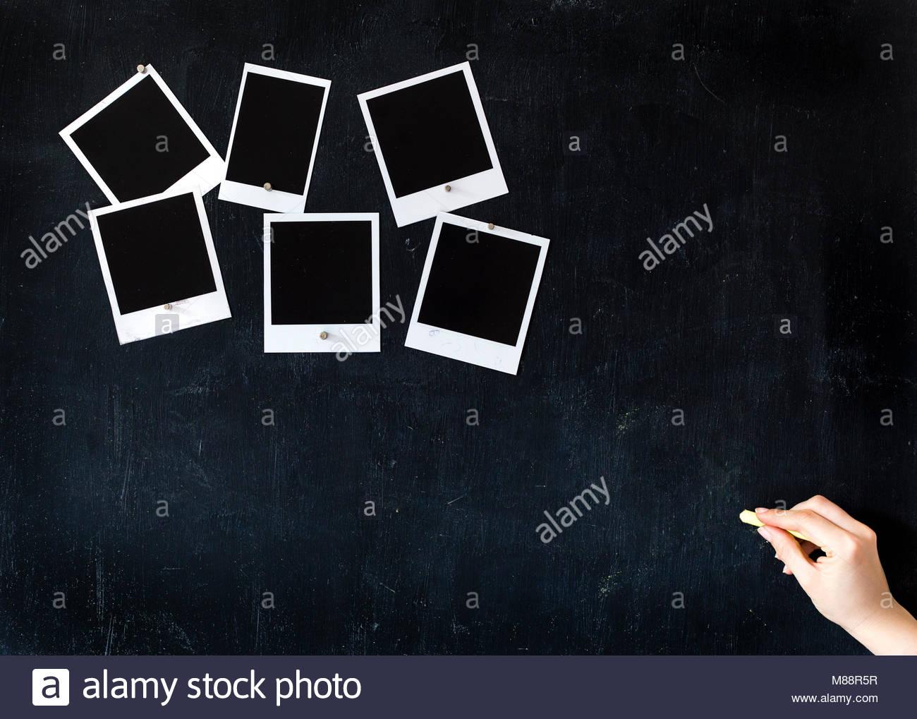 Frau schreiben auf ein Metall Tafel mit Kreide und sechs Leere retro ...