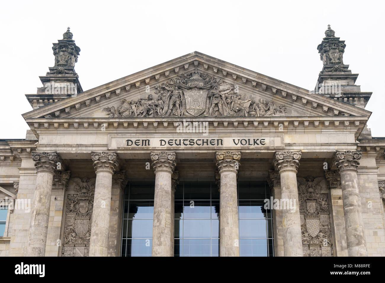 Die deutsche Inschrift Dem deutschen Volke, d.h. der deutschen Bevölkerung, die auf dem Portal von Bundestag Stockbild