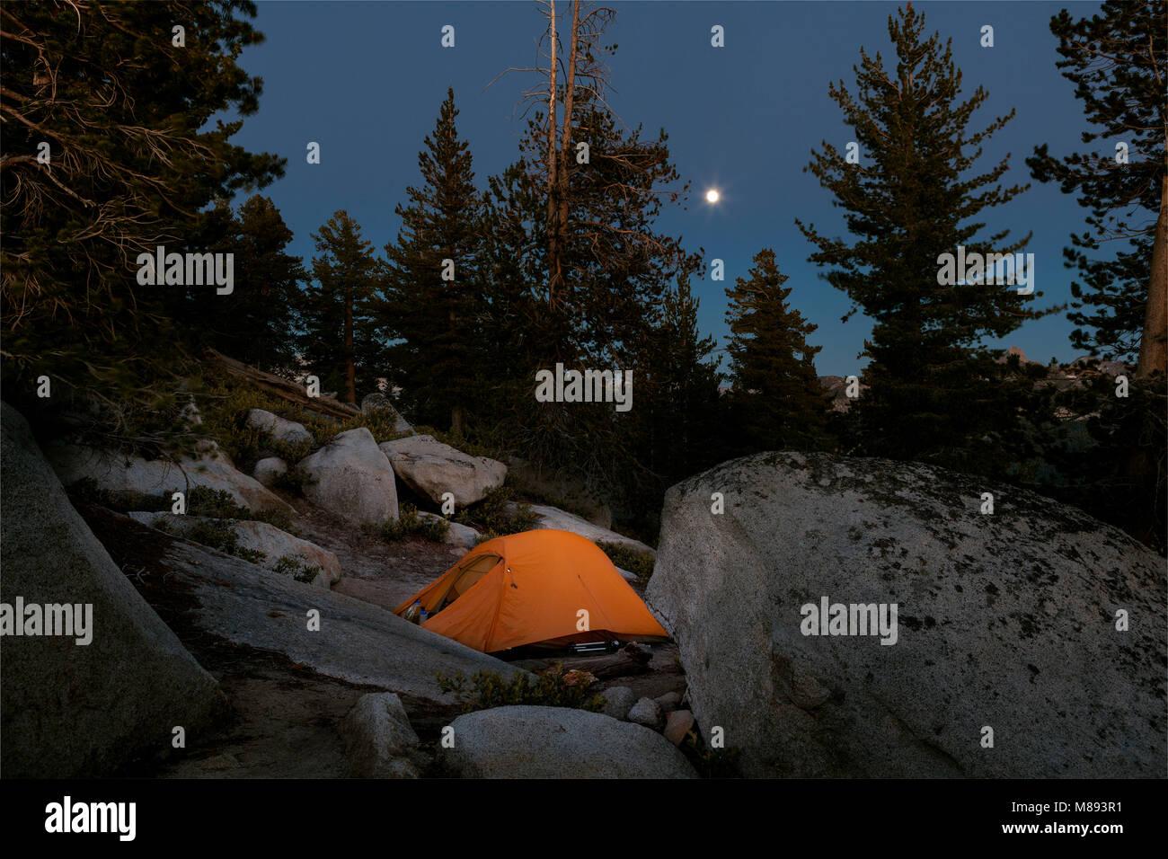CA 02873-00 ... Kalifornien - Mondaufgang über Campingplatz unter Wolken Rest in Yosemite National Park. Stockbild