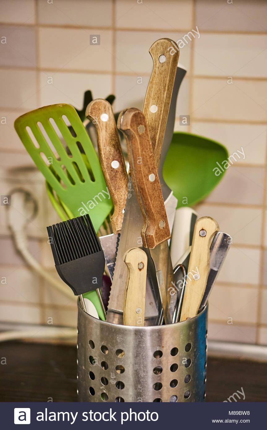 Mix von Küchengeräten in einem Metallbehälter Stockbild