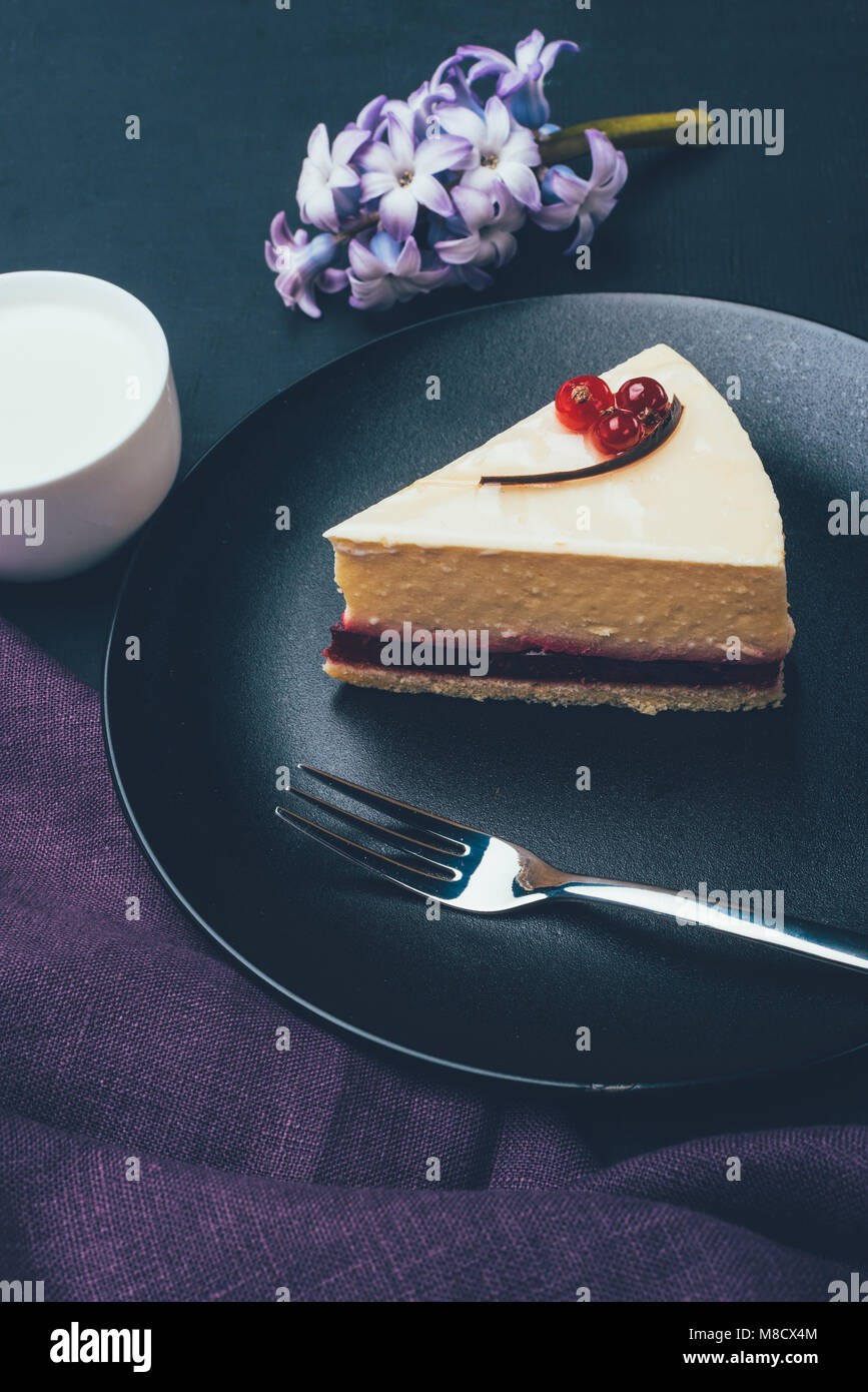 Nahaufnahme Blick auf Stück hausgemachten Kuchen und Tasse Milch Stockbild
