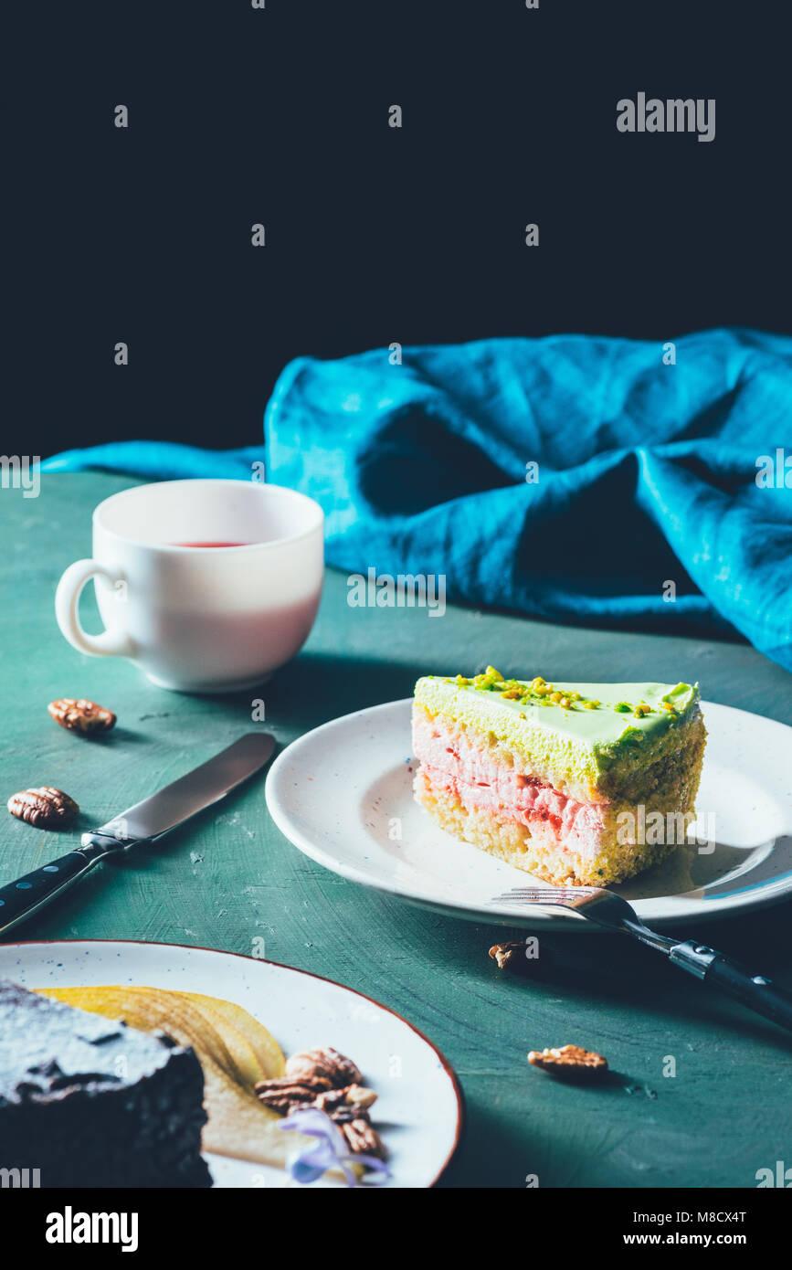 Nahaufnahme Blick auf Stück Kuchen auf dem Teller und Tasse Tee Stockbild