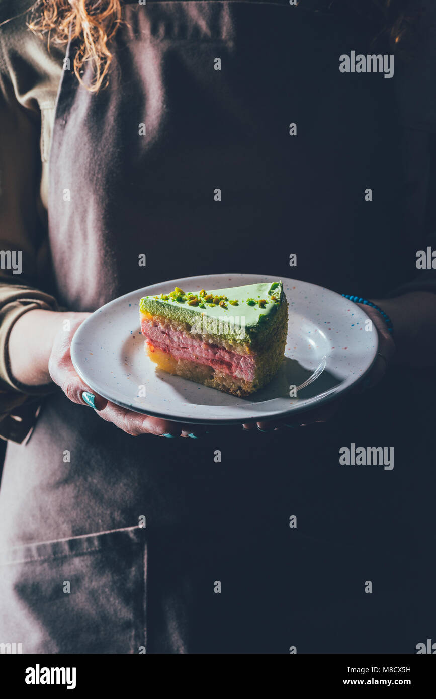 Nahaufnahme Blick auf Frau mit selbstgebackenem Kuchen auf der Platte in den Händen Stockbild