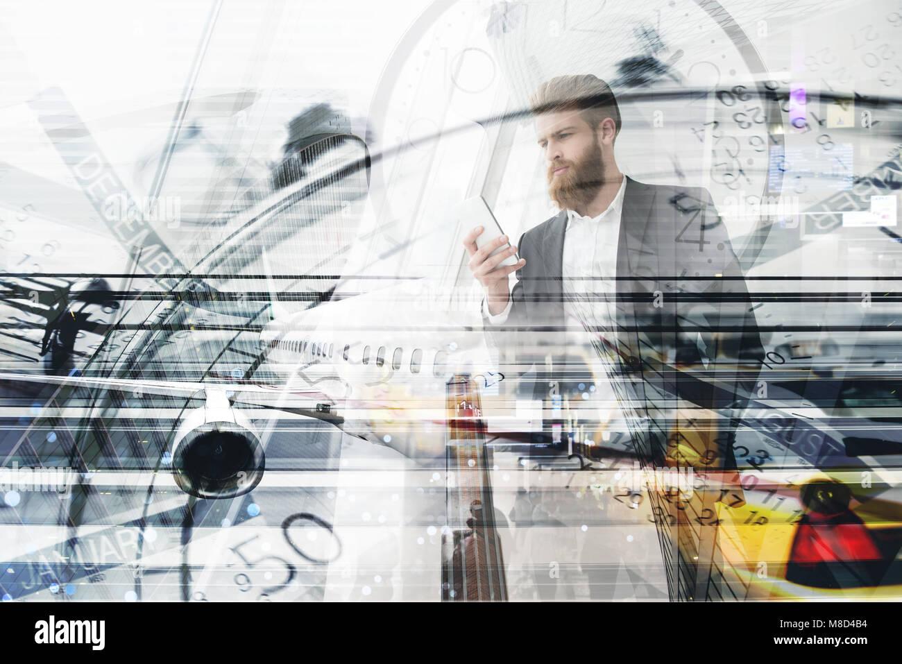 Unternehmer arbeitet mit Handy in der Hand Stockbild