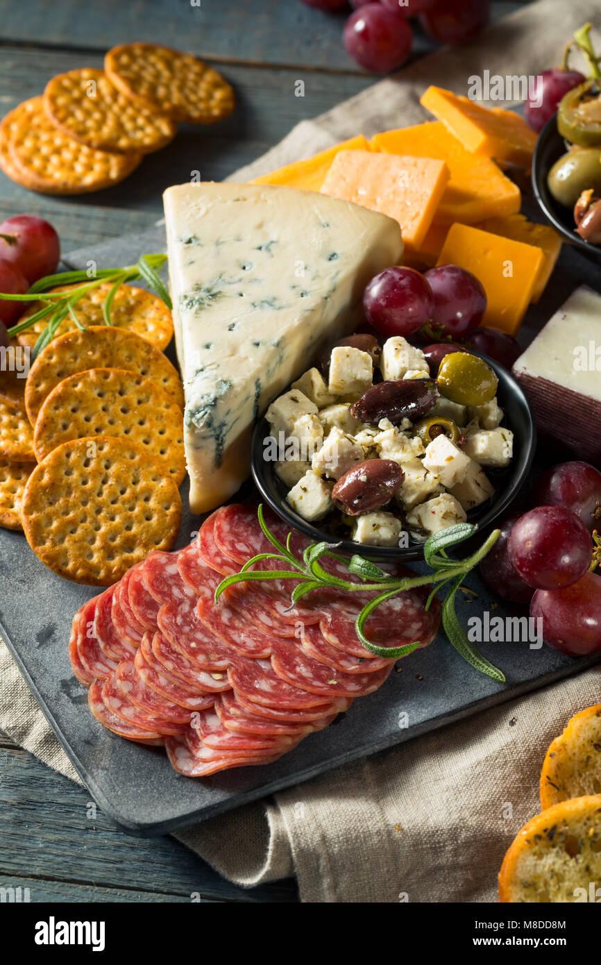 Gourmet Fancy Charcuterie Bord mit Fleisch, Käse und Trauben Stockbild