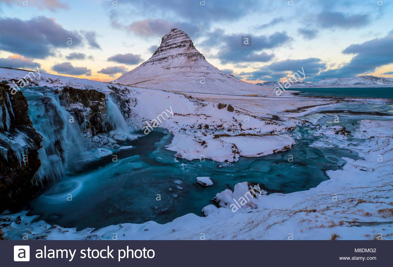Kirkjufellsfoss Wasserfall und kirkjufell Berg, Halbinsel Snaefellsnes, Island, Europa Stockbild