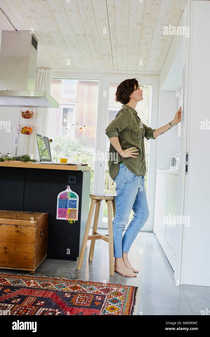 Mitte der erwachsenen Frau an Planer, Küche Wand Stockfoto, Bild ...