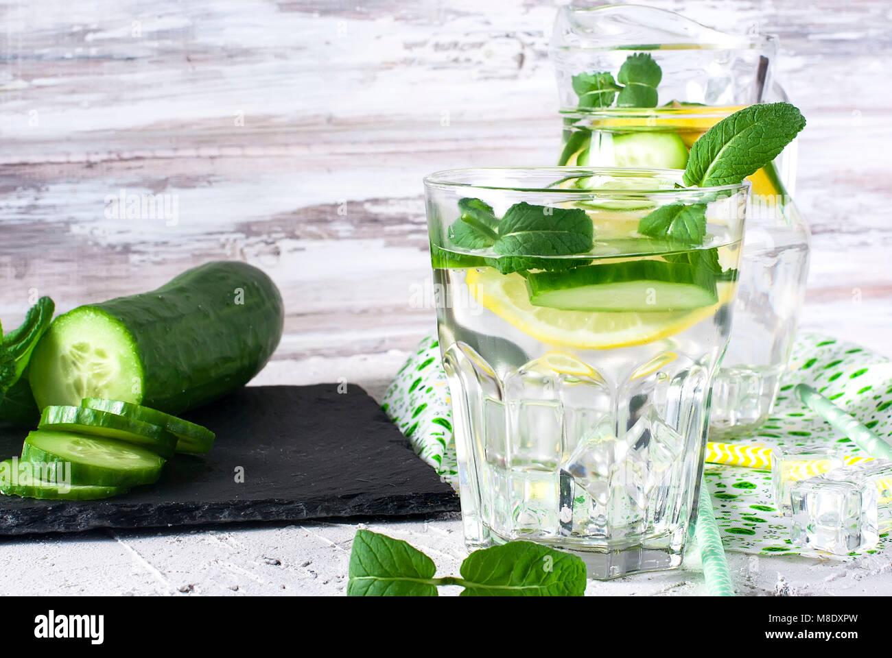 Erfrischende Gurke Cocktail, Limonade, detox Wasser in einer Brille auf einem weißen Hintergrund. Im Sommer Stockbild