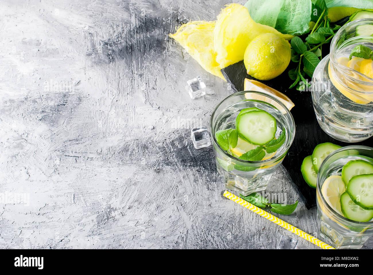 Erfrischende Gurke Cocktail, Limonade, detox Wasser in ein zwei Gläser auf grauem Hintergrund. Im Sommer trinken. Stockbild