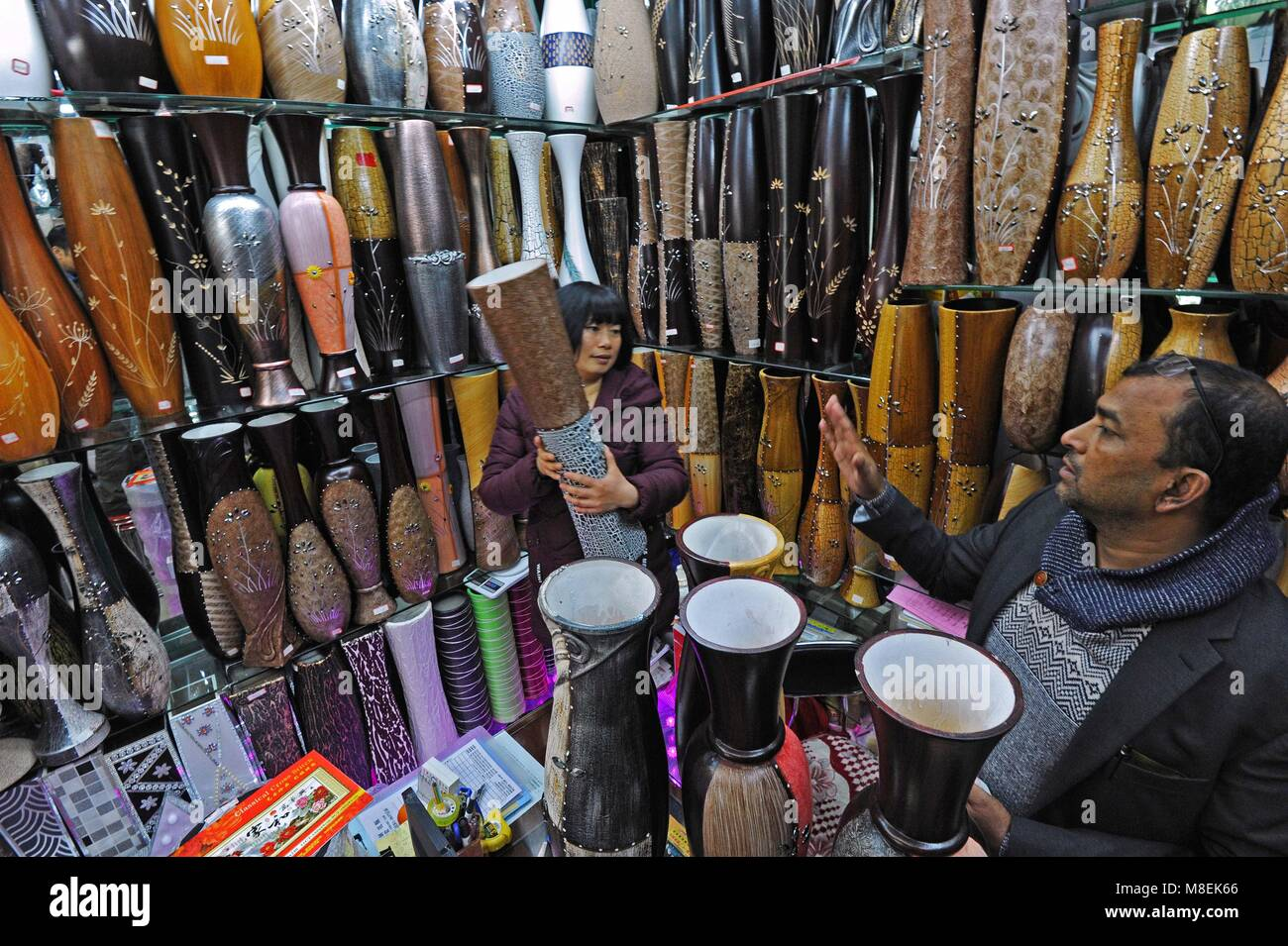 (180317) - YIWU, März 17, 2018 (Xinhua) - Bangladesch Geschäftsmann Ariful Islam (R) wählt Vasen Stockbild
