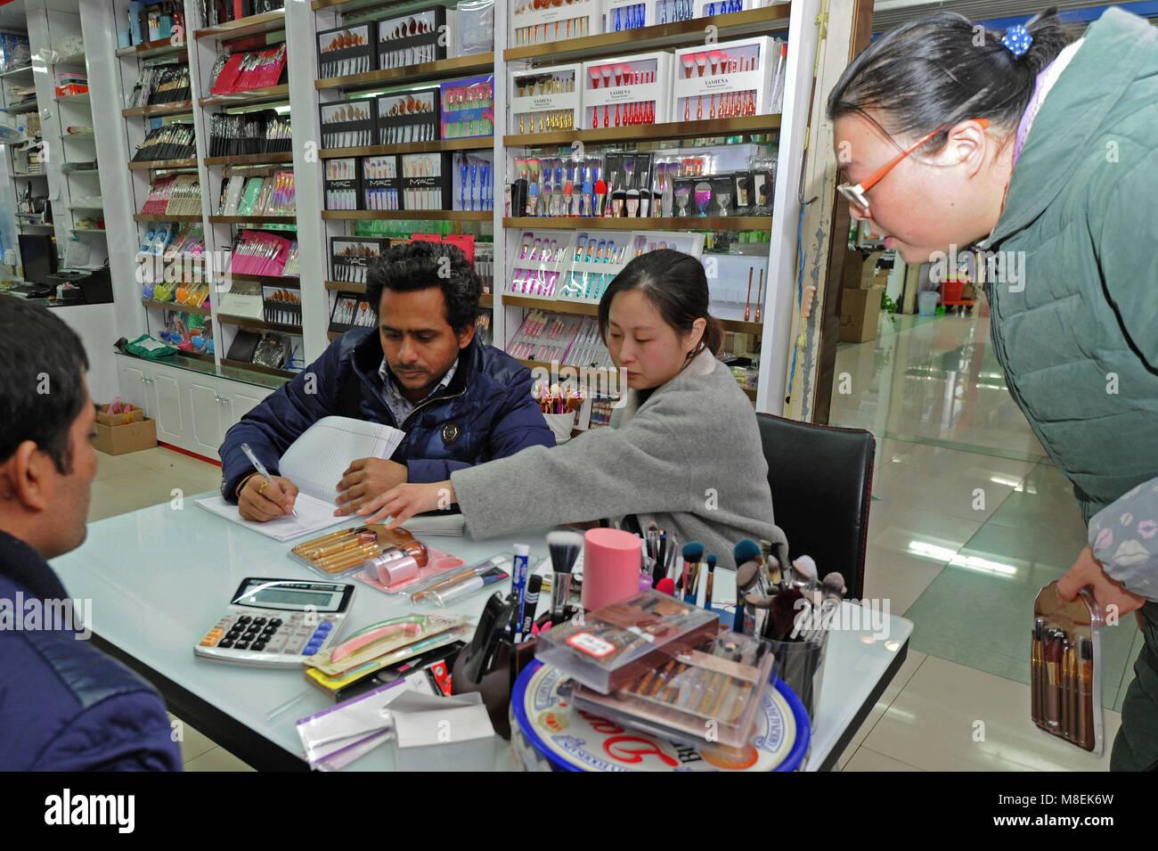 (180317) - YIWU, März 17, 2018 (Xinhua) - Ein indischer Geschäftsmann (2. L) überprüft die Einkaufsliste an der Stockfoto