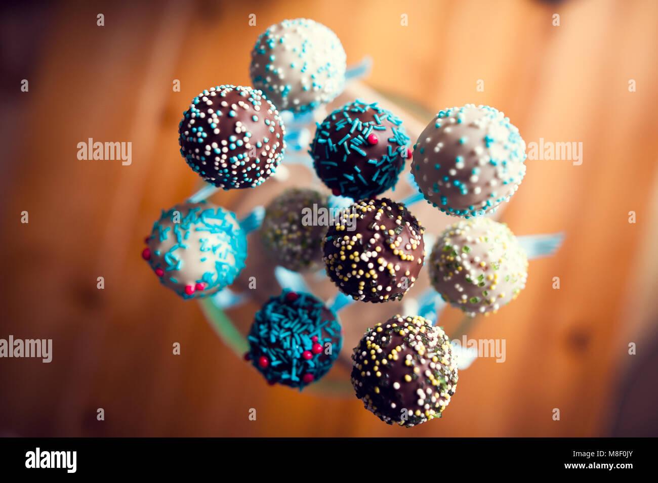 Arrangiert cakepops mit süßen kleinen Kugeln vorbereitet zu essen Stockbild