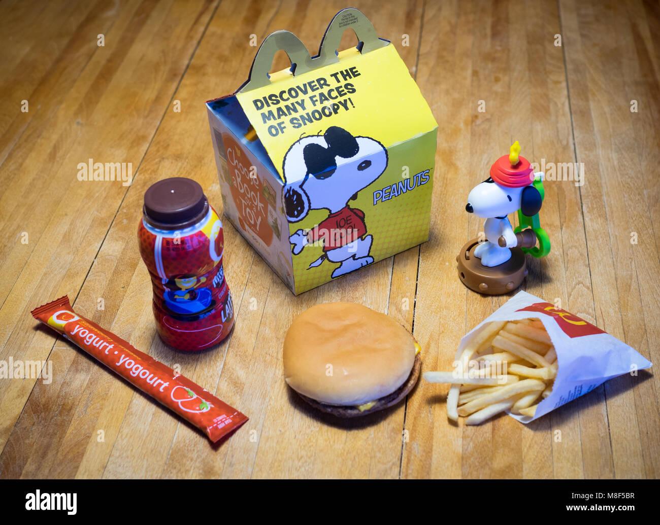 Ein Mcdonalds Happy Meal Mit Einem Cheeseburger Pommes Frites