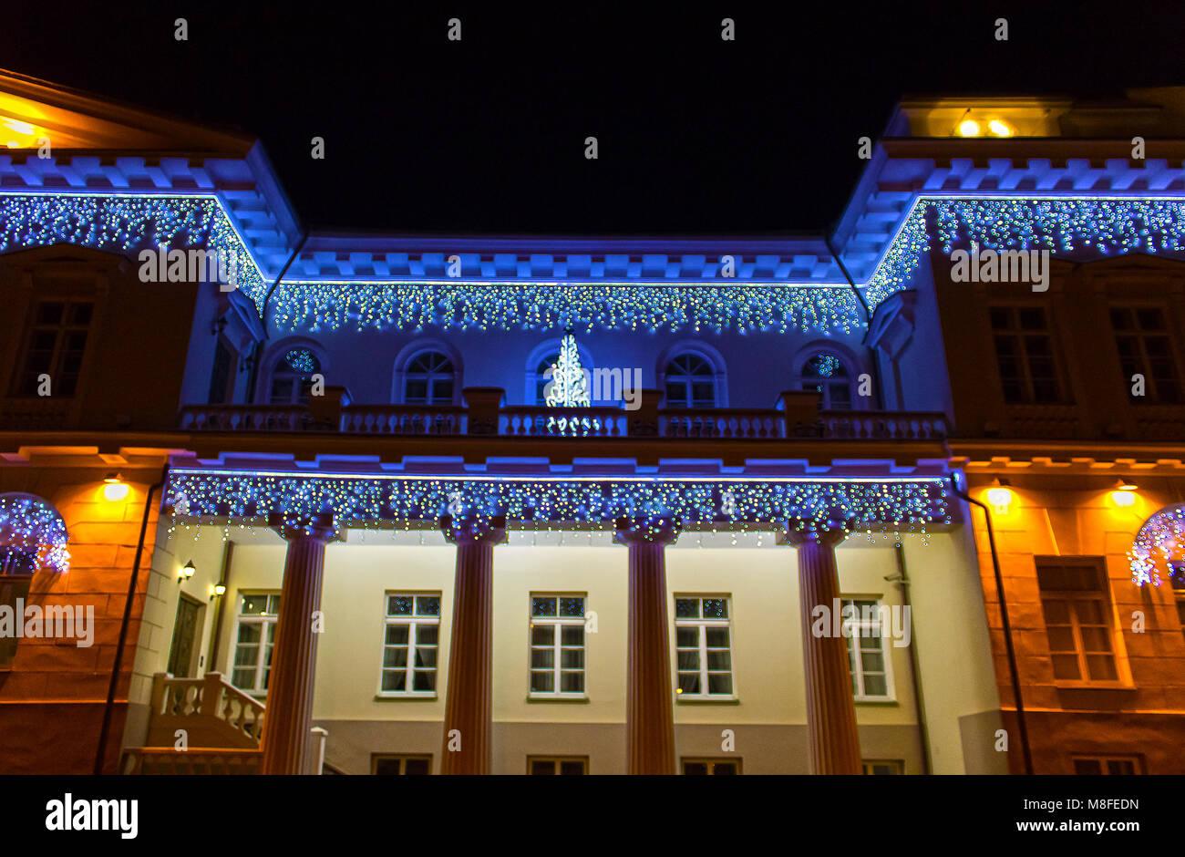 Nacht Blick auf den Präsidentenpalast in Vilnius mit Weihnachtsbeleuchtung, Litauen Stockbild