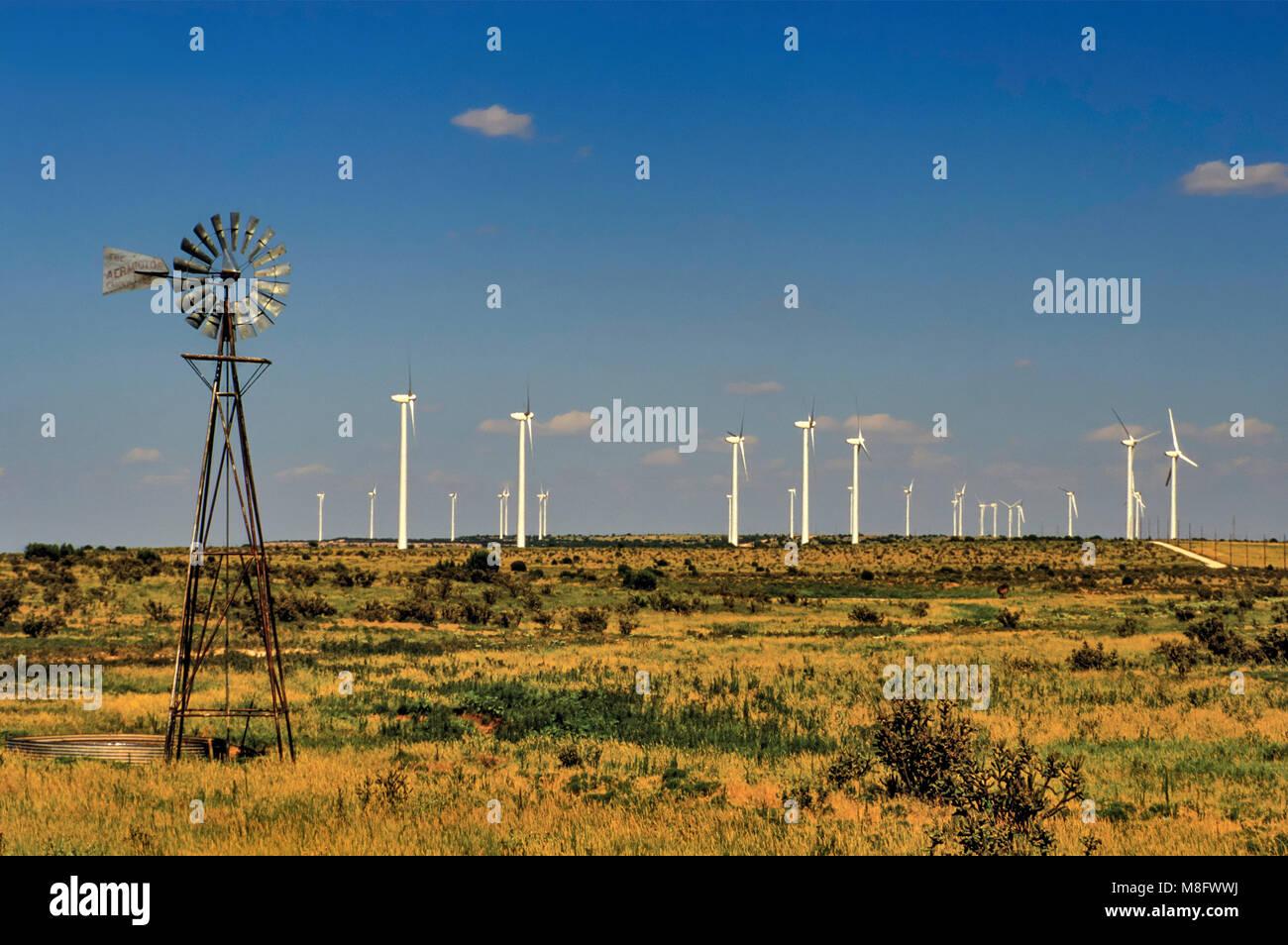 Wind Wasser pumpe und Windkraftanlagen an der Ranch auf Caprock Escarpment, Llano Estacado Hochebene, in der Nähe Stockbild
