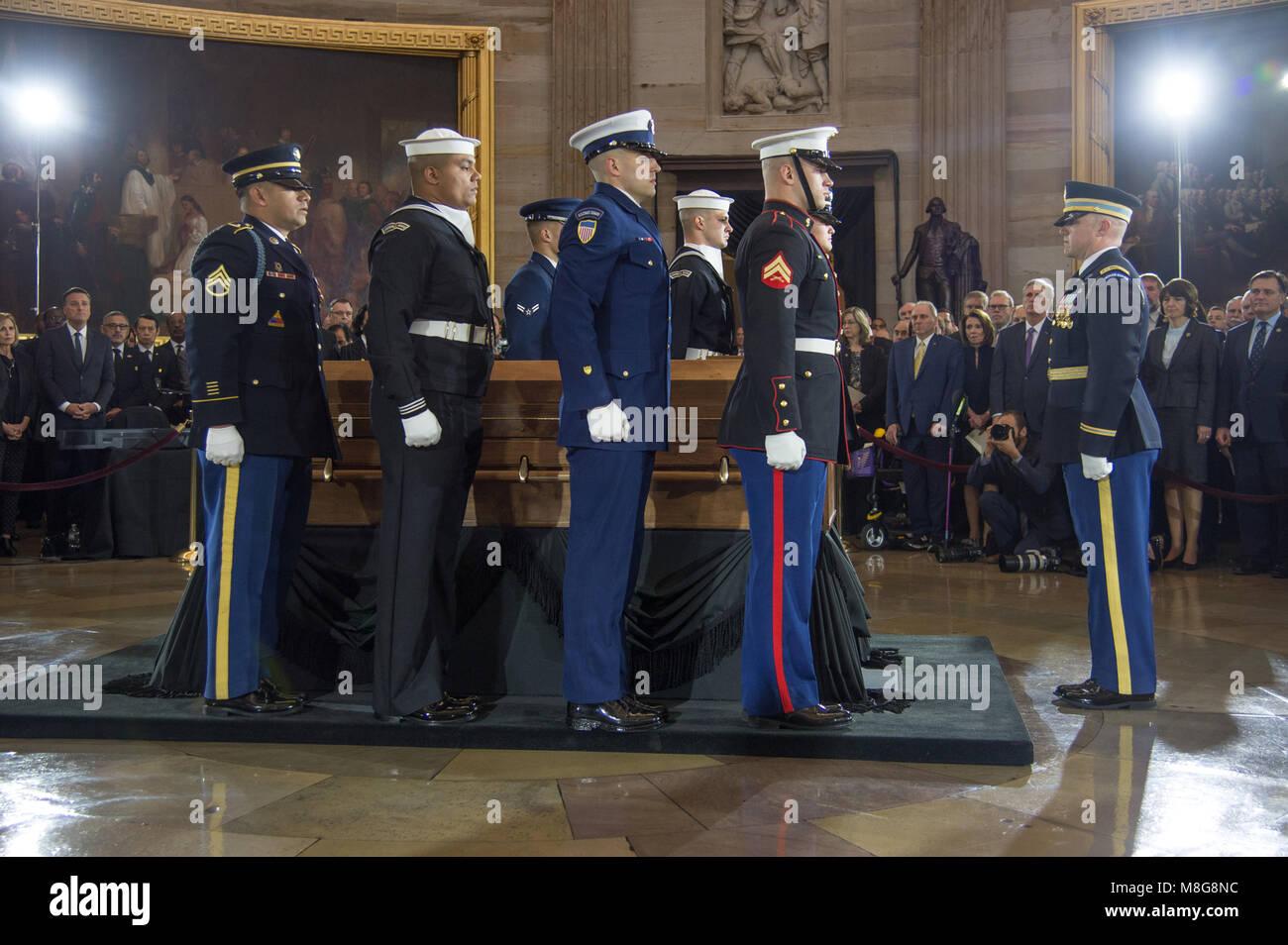 Eine militärische Ehrengarde trägt die Schatulle der Evangelist ...