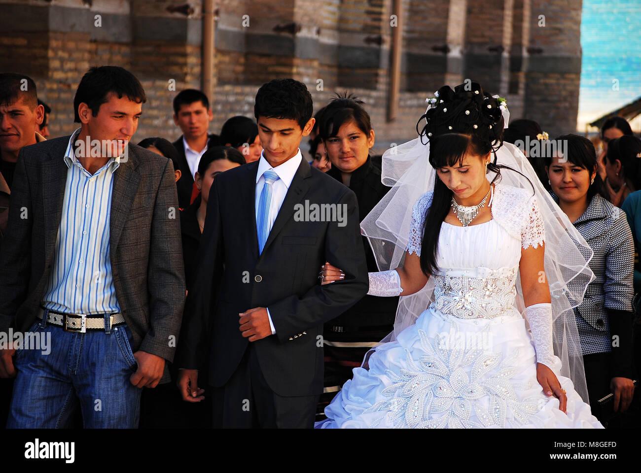 Junge Usbekische Paar In Chiwa Nach Der Hochzeit Hochzeitsfeier Halt