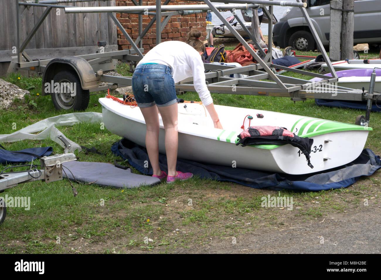 Eine Gruppe Junger Segler vorbereitet Ihre Segelboote für Segel Stockbild