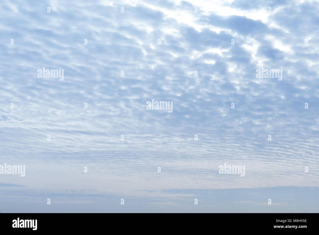 weiße flauschige Wolken am blauen Himmel Stockbild