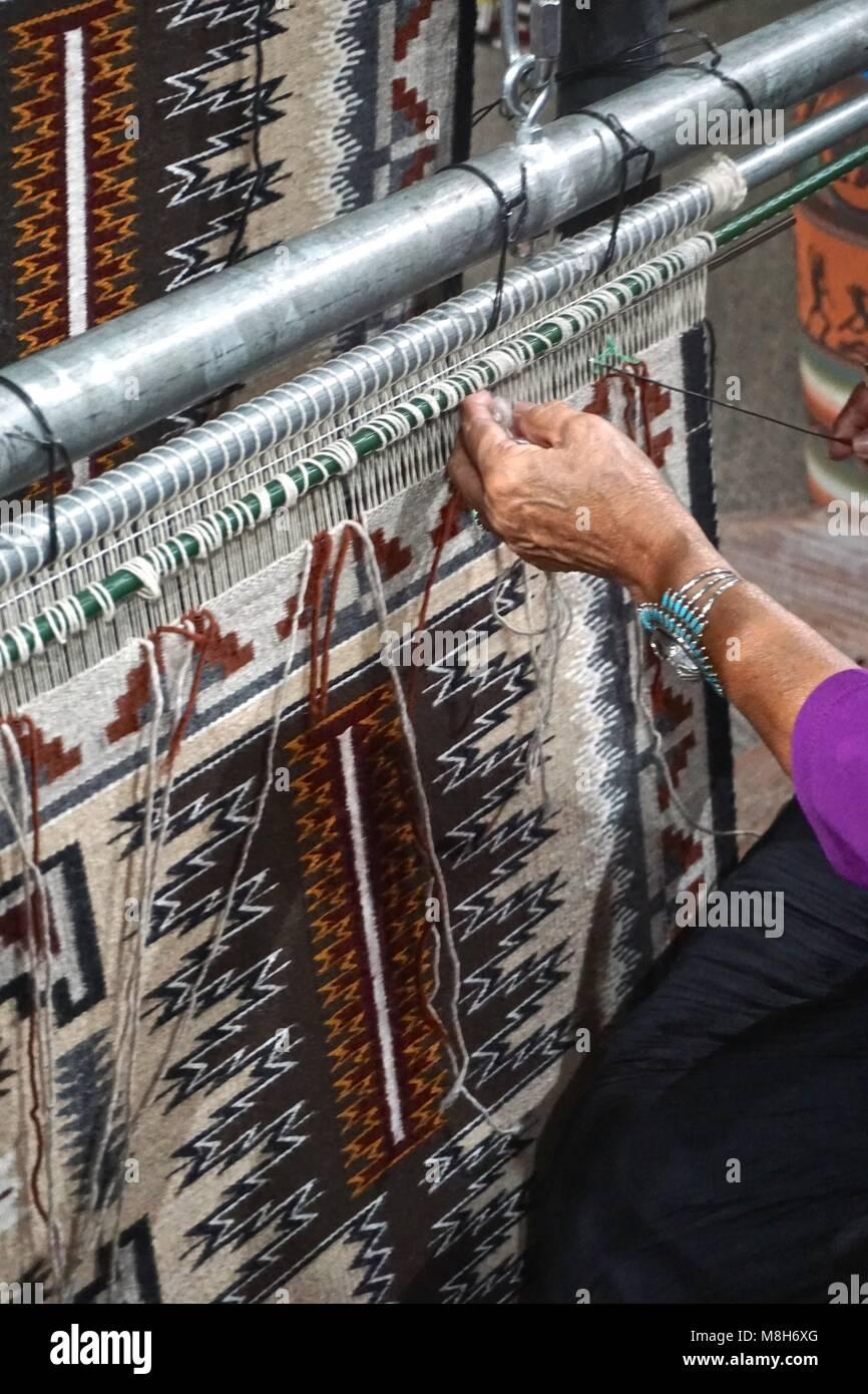 Cameron Az Usa Ein Navajo Frau Zeigt Traditionelle Teppich Weben