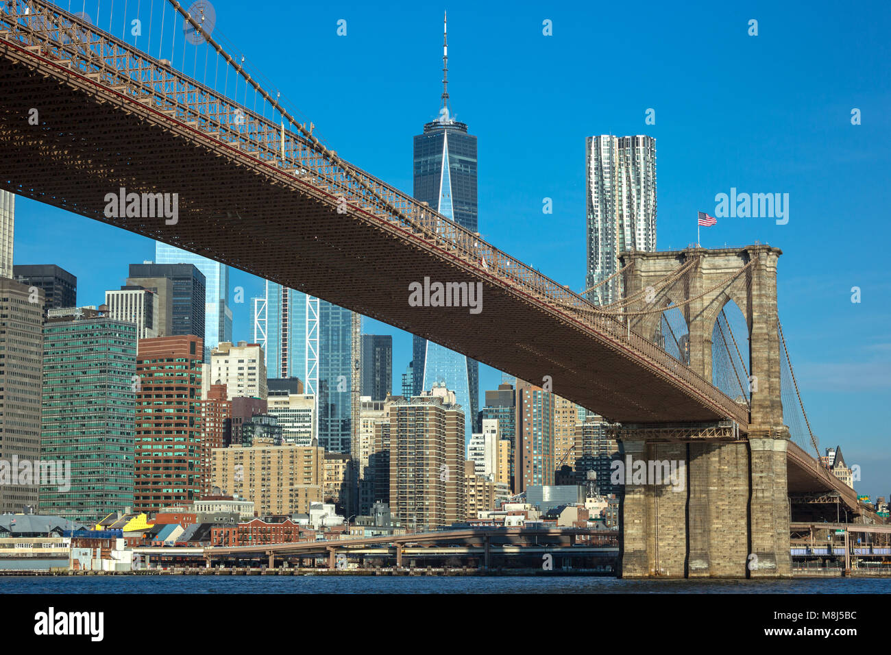 BROOKLYN BRIDGE (© J&W ROEBLING 1876) DOWNTOWN SKYLINE EAST RIVER BROOKLYN, NEW YORK CITY, USA Stockbild
