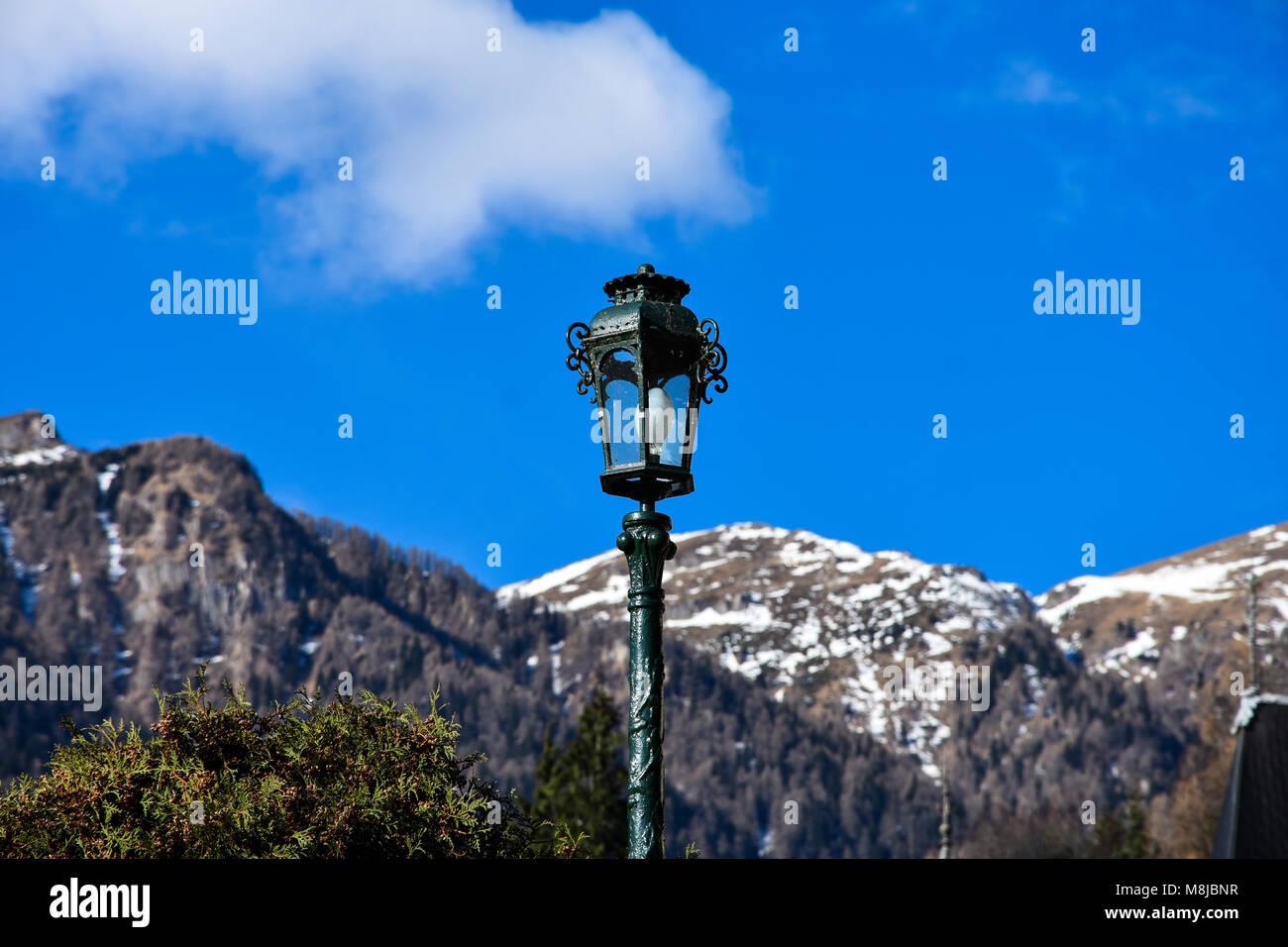 Sinaia, Rumänien. Februar 04, 2017. Lampe mit der Karpaten im Hintergrund. Die Gärten von Schloss Peles. Stockbild