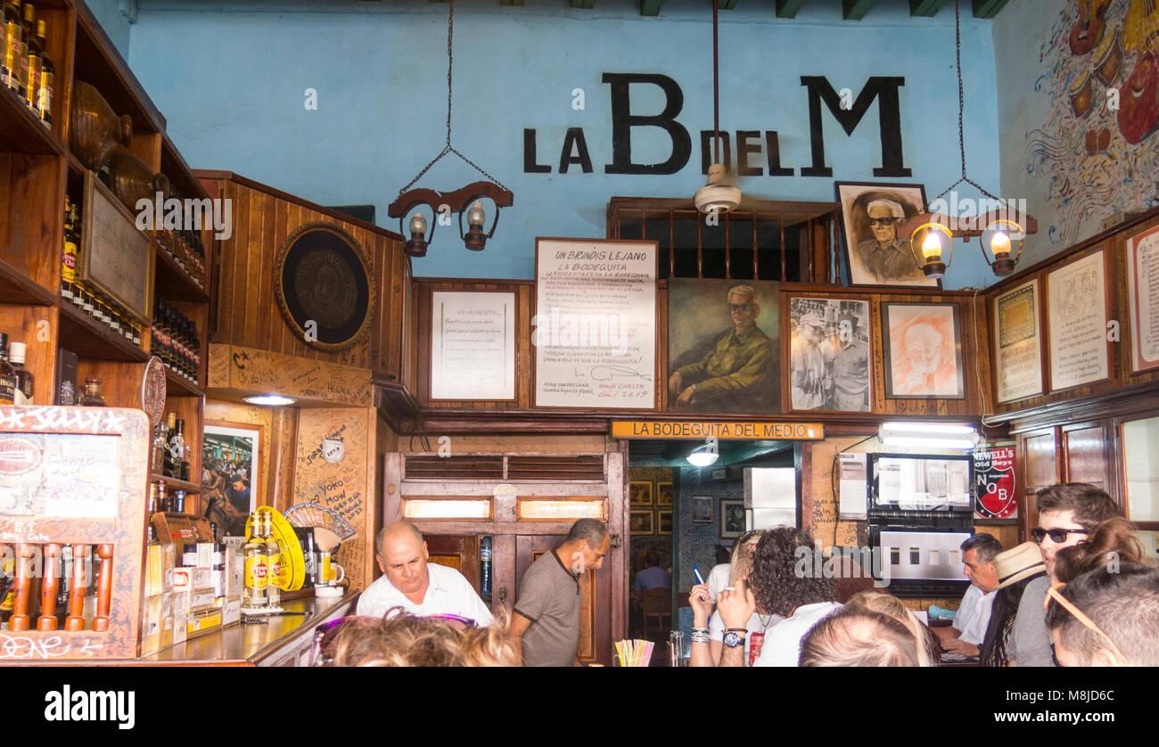 Innenraum Bodeguita del Medio in Havanna. Seit seiner Eröffnung im Jahr 1942, das berühmte Restaurant Stockbild