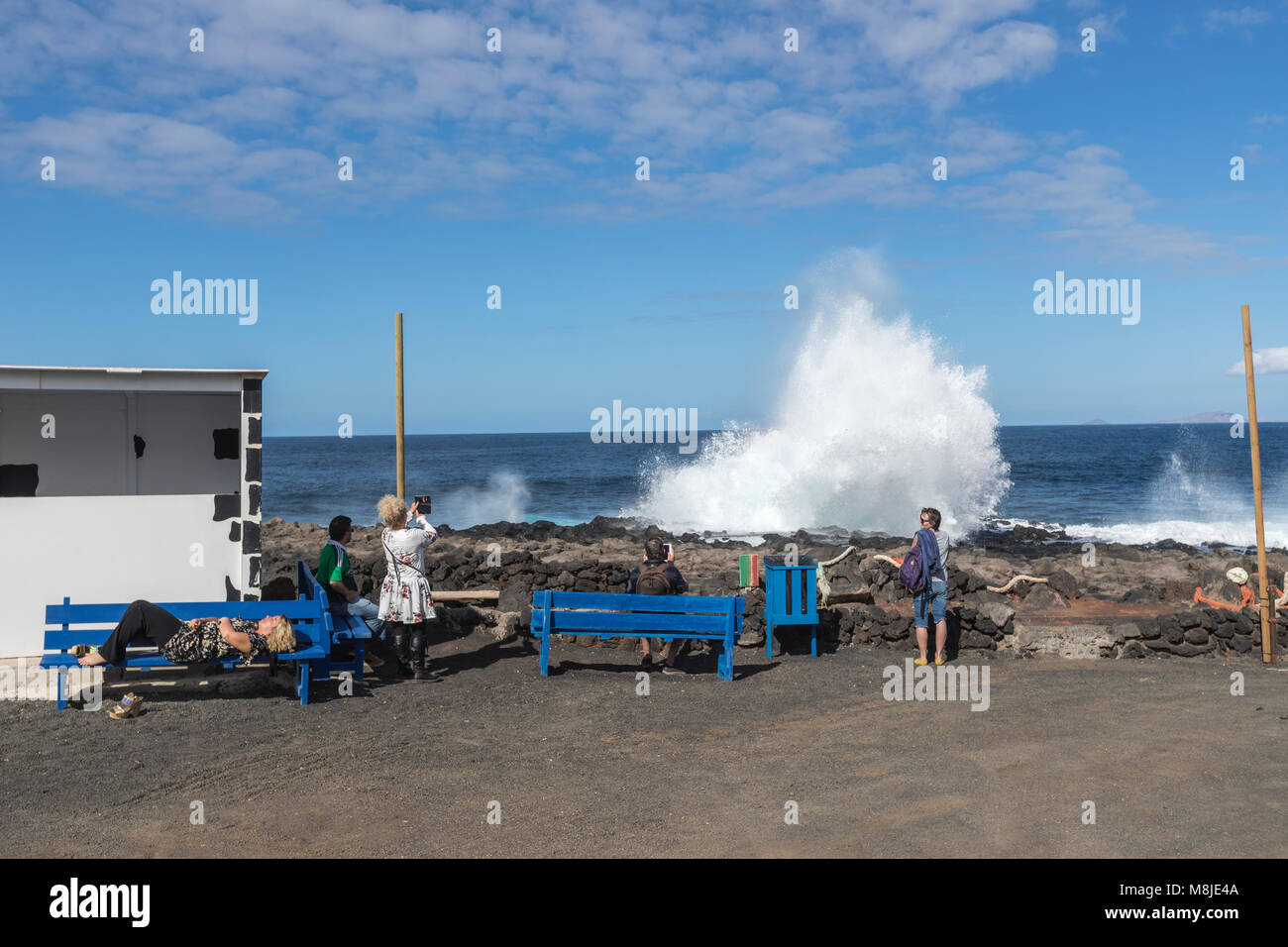 Touristen ein Bild von einem tapferen Meer in Tenesar, Lanzarote, Kanarische Inseln, Spanien Stockbild