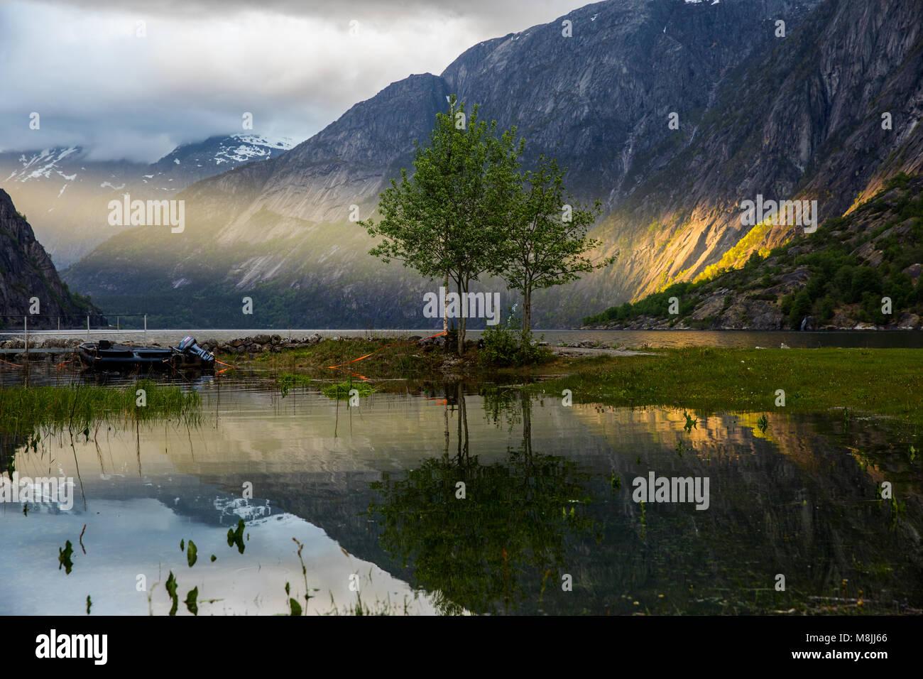 Sonnenuntergang am Eidfjord Stockbild