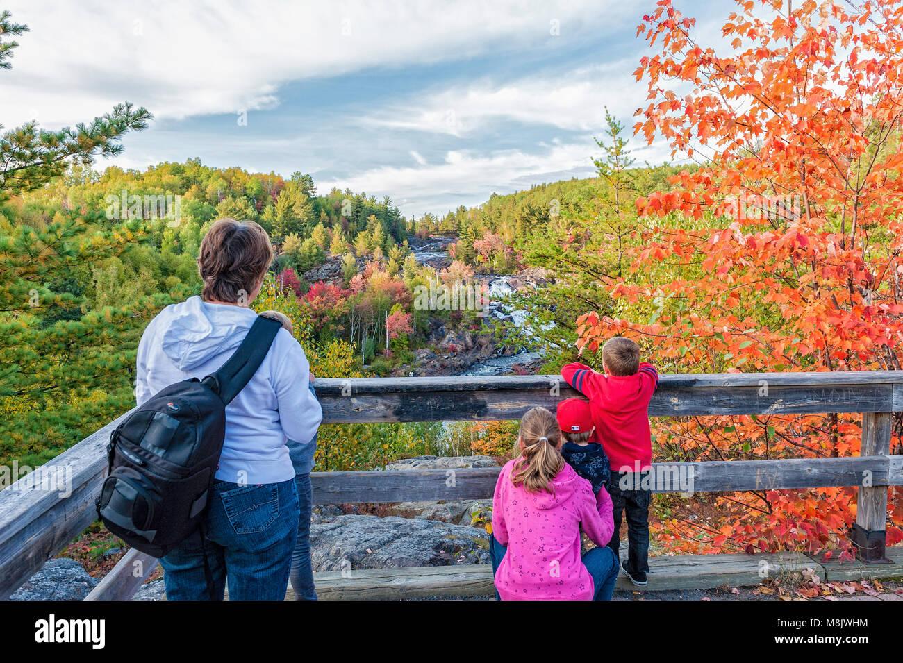 Eine Großmutter und ihr Enkel bei A.Y. Jackson Lookout, Onaping Falls, Ontario Stockfoto