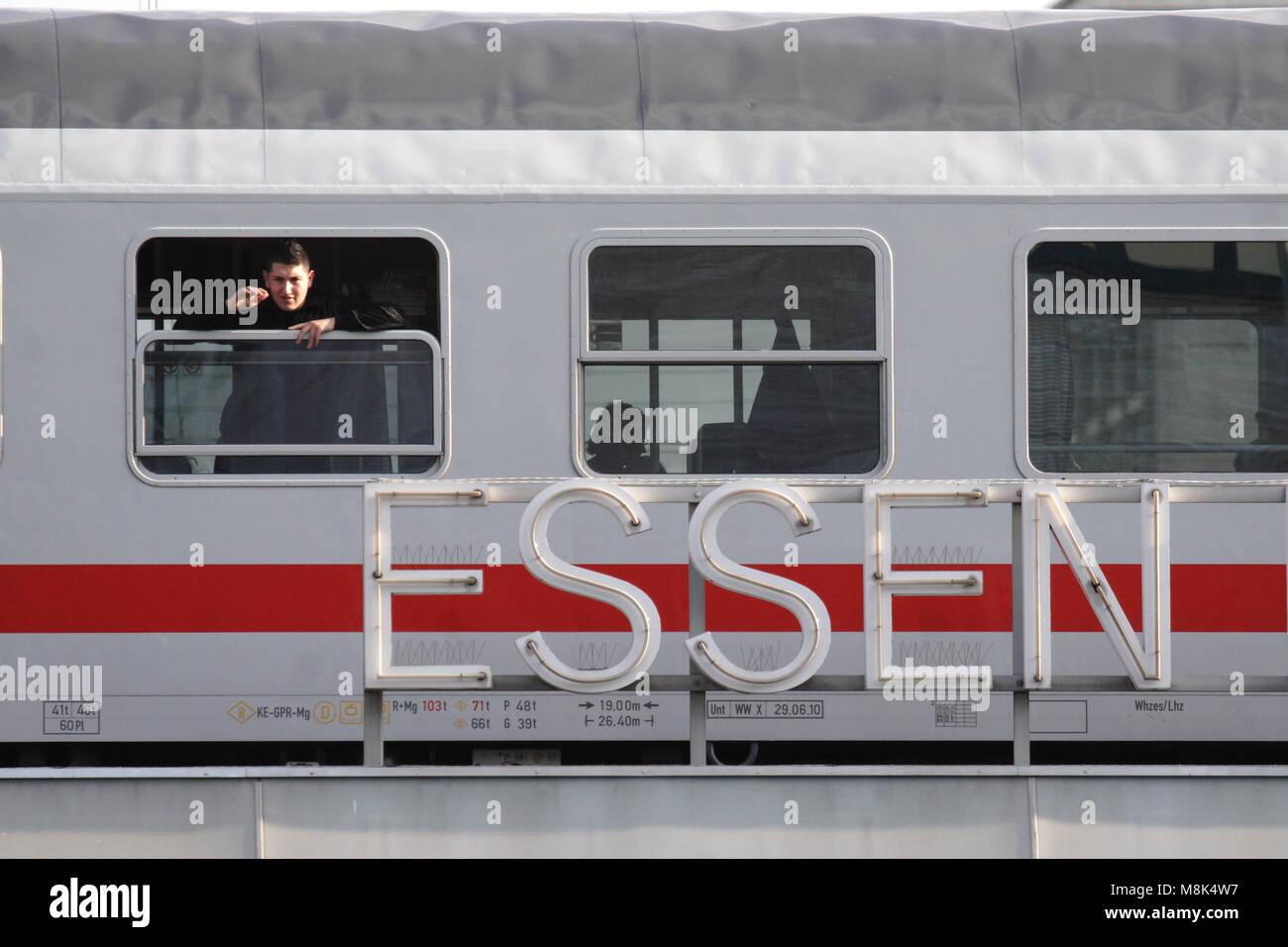 Fenster Essen bahn in essen deutschland ein mann schaut aus dem fenster direkt