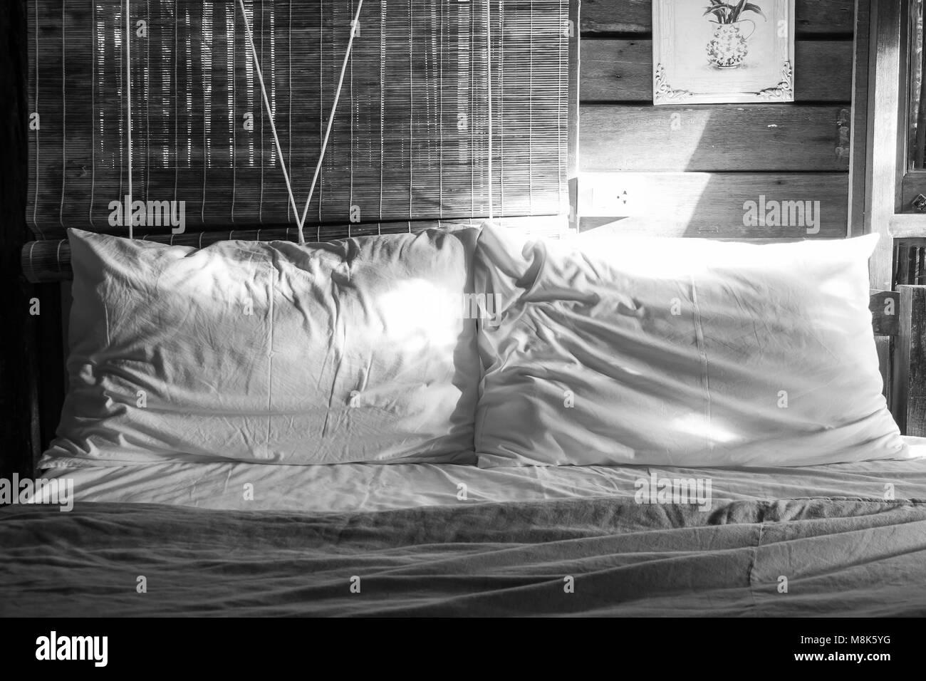 Abstrakte schwarz-weiß Bild zwei weißen Kissen auf dem Bett ...