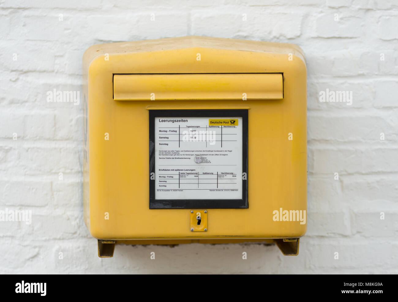 Gelbe Deutsche Post Briefkasten Stockfoto Bild 177450822 Alamy