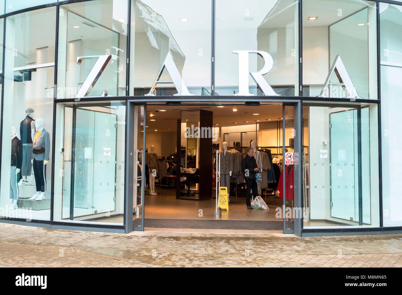 Zara Shop Front In Shopping Stockfotos   Zara Shop Front In Shopping ... 9e0e331d4a