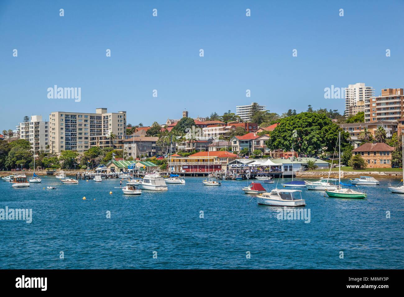 Australien, New South Wales, Sydney, Northern Beaches Region, Ansicht von Manly Cove mit Esplanade und Manly Yacht Stockbild
