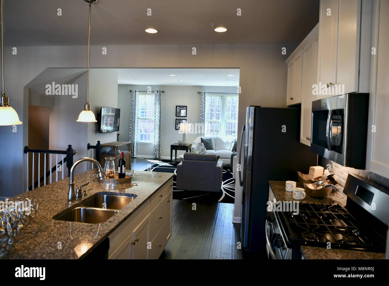 Blick Auf Küche Und Wohnzimmer In Einem Modernen Haus Mit Offenen Grundriss  Konzept
