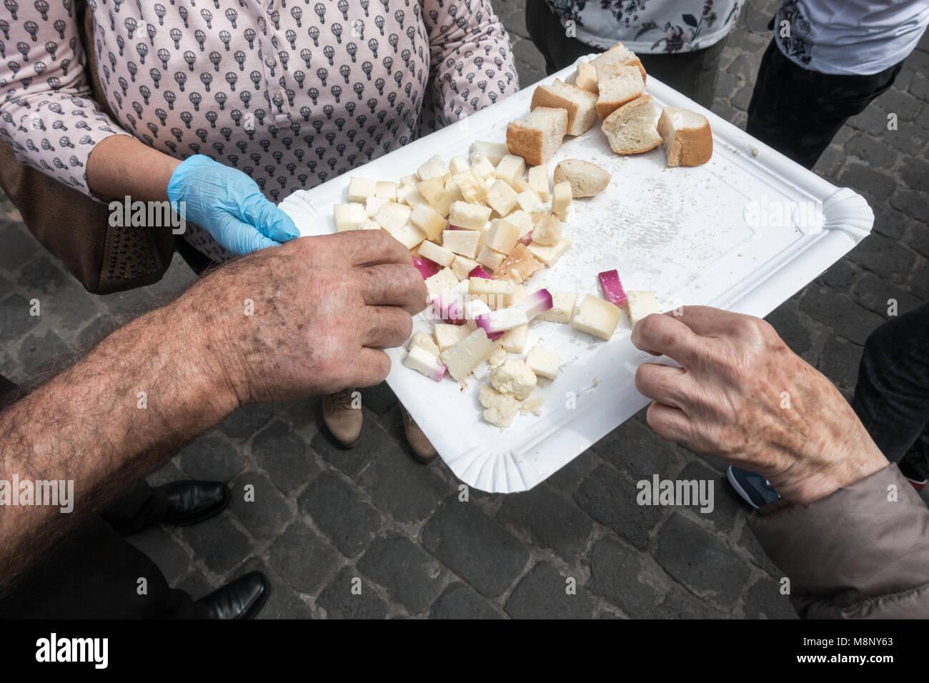 Die Leute, die versuchen, lokale Käse am Markt in Galdar auf Gran Canaria, Kanarische Inseln, Spanien Stockbild