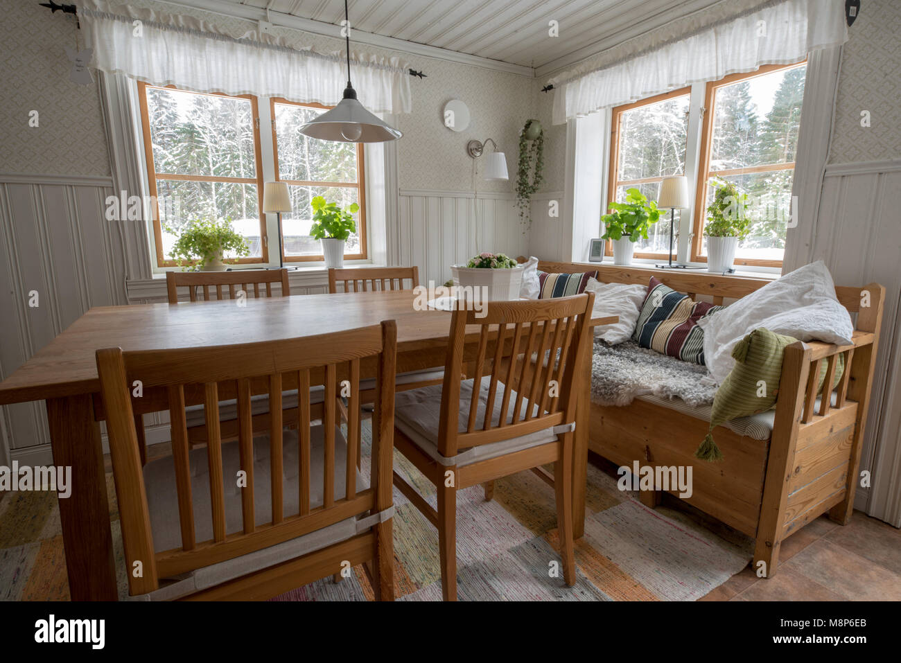 Alte Küche im Landhausstil in Schweden mit Tisch Stühle und ...
