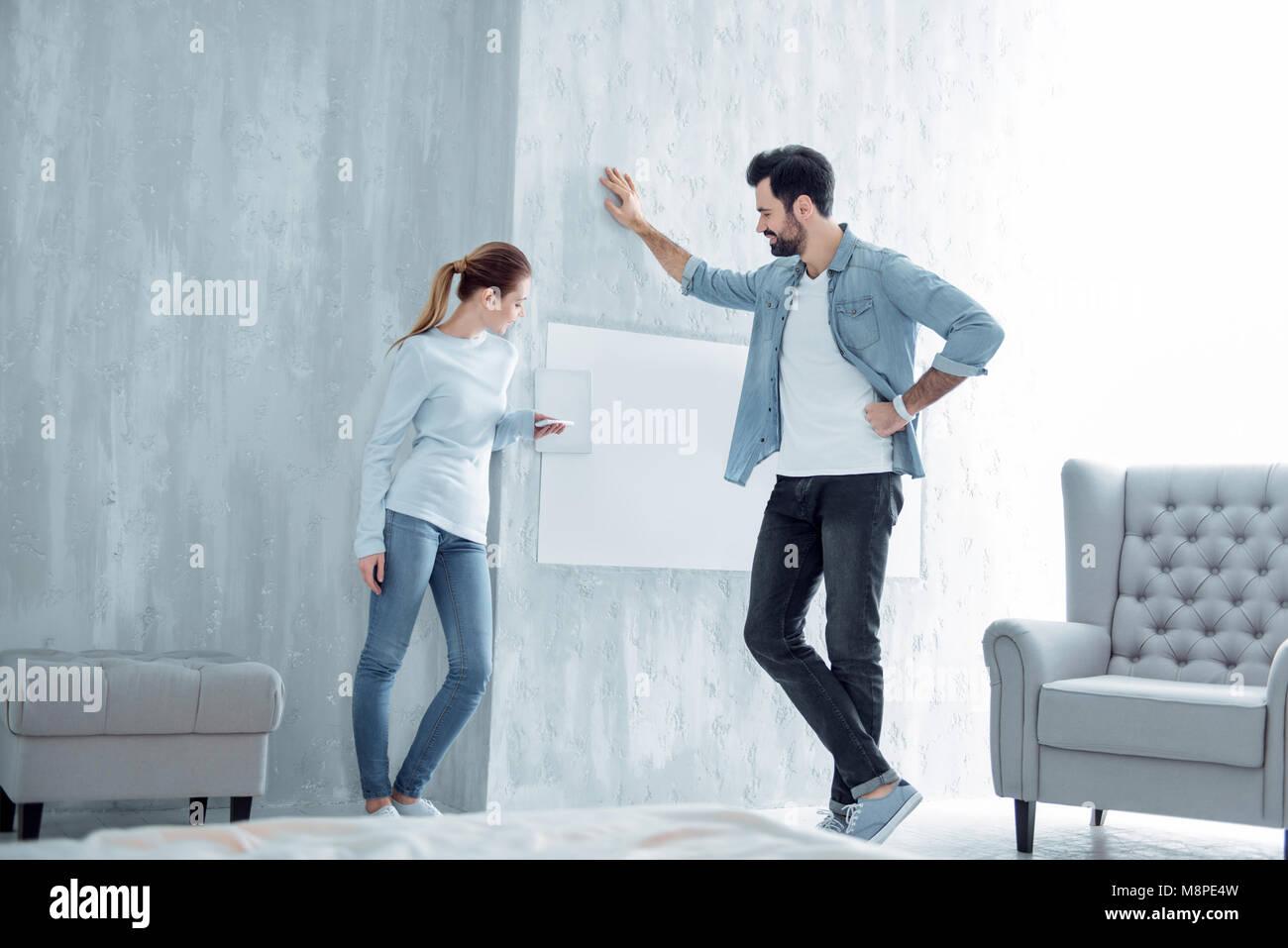 Attraktive männliche Person lehnte sich an der Wand Stockbild