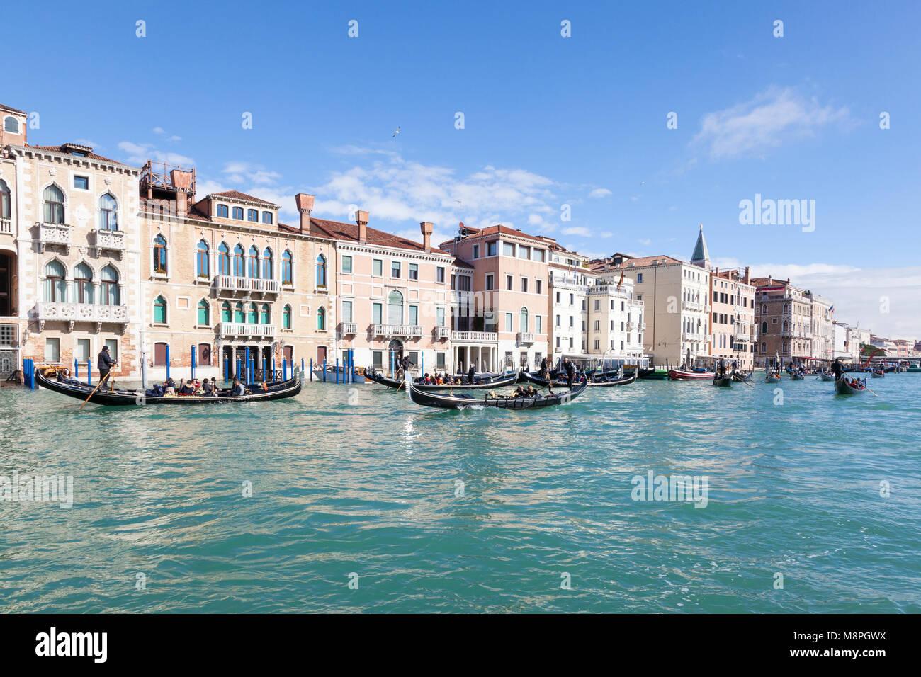 Besetzt Gondel Verkehr mit Touristen Sightseeing auf dem Canal Grande und St. Marks Becken, San Marco, Venedig, Stockbild