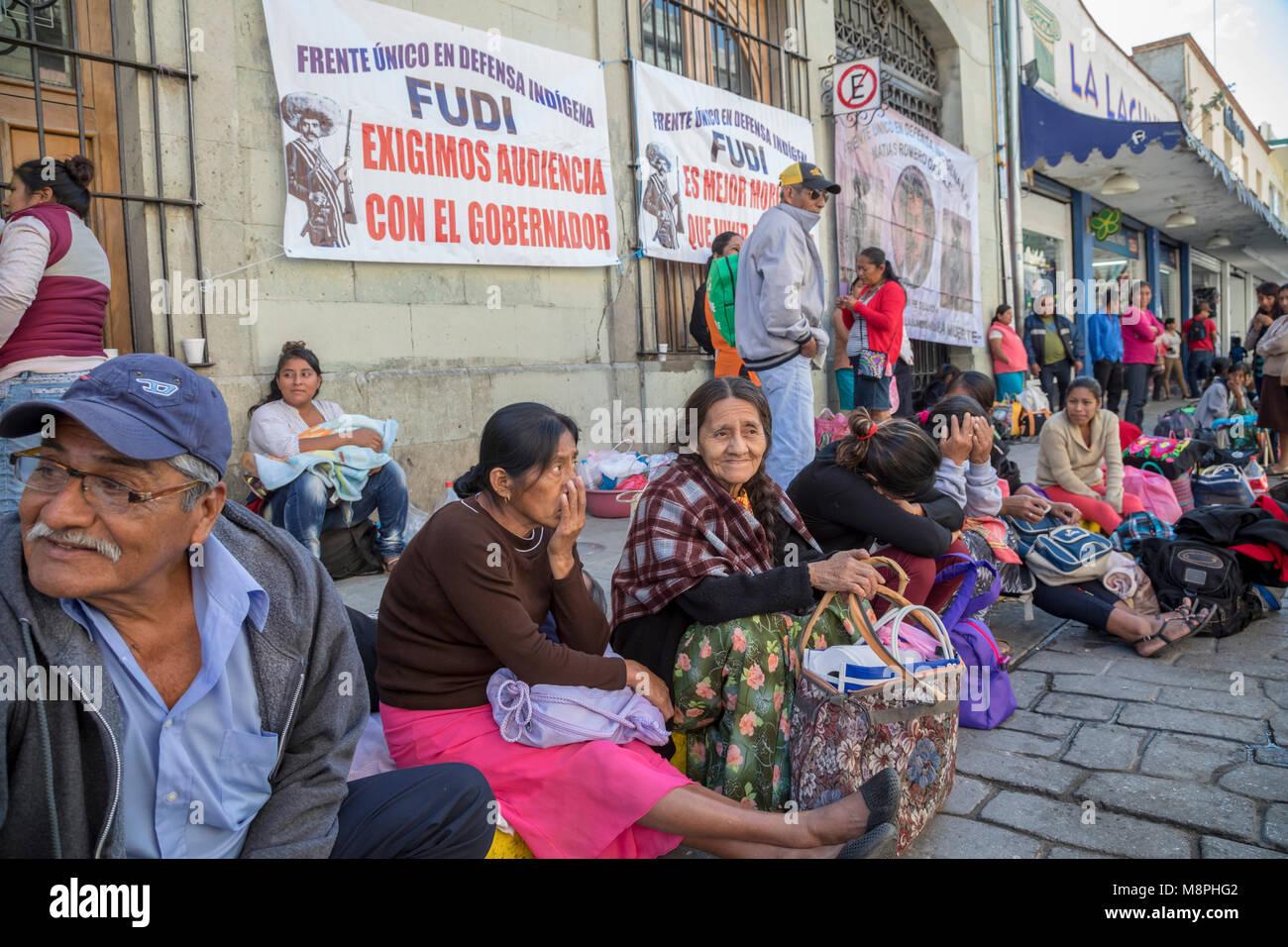 Oaxaca Oax., Mexiko - Mitglieder der indigenen Mixe ethnische Gruppe sitzen auf der Straße außerhalb des Stockbild