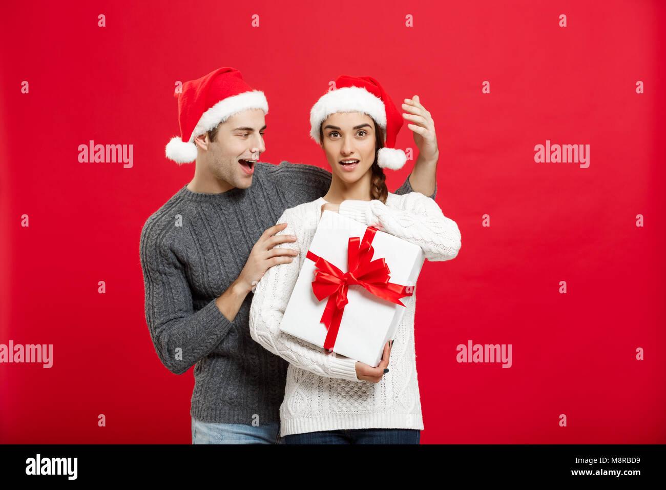 Weihnachten Konzept - hübscher junger Freund im Pullover überrascht ...