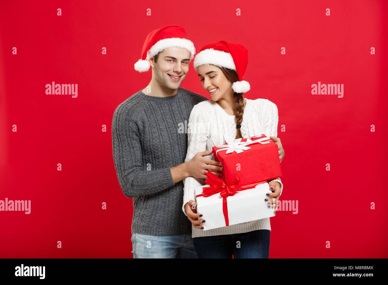 Weihnachten Konzept - hübscher junger Freund in Weihnachten Pullover ...