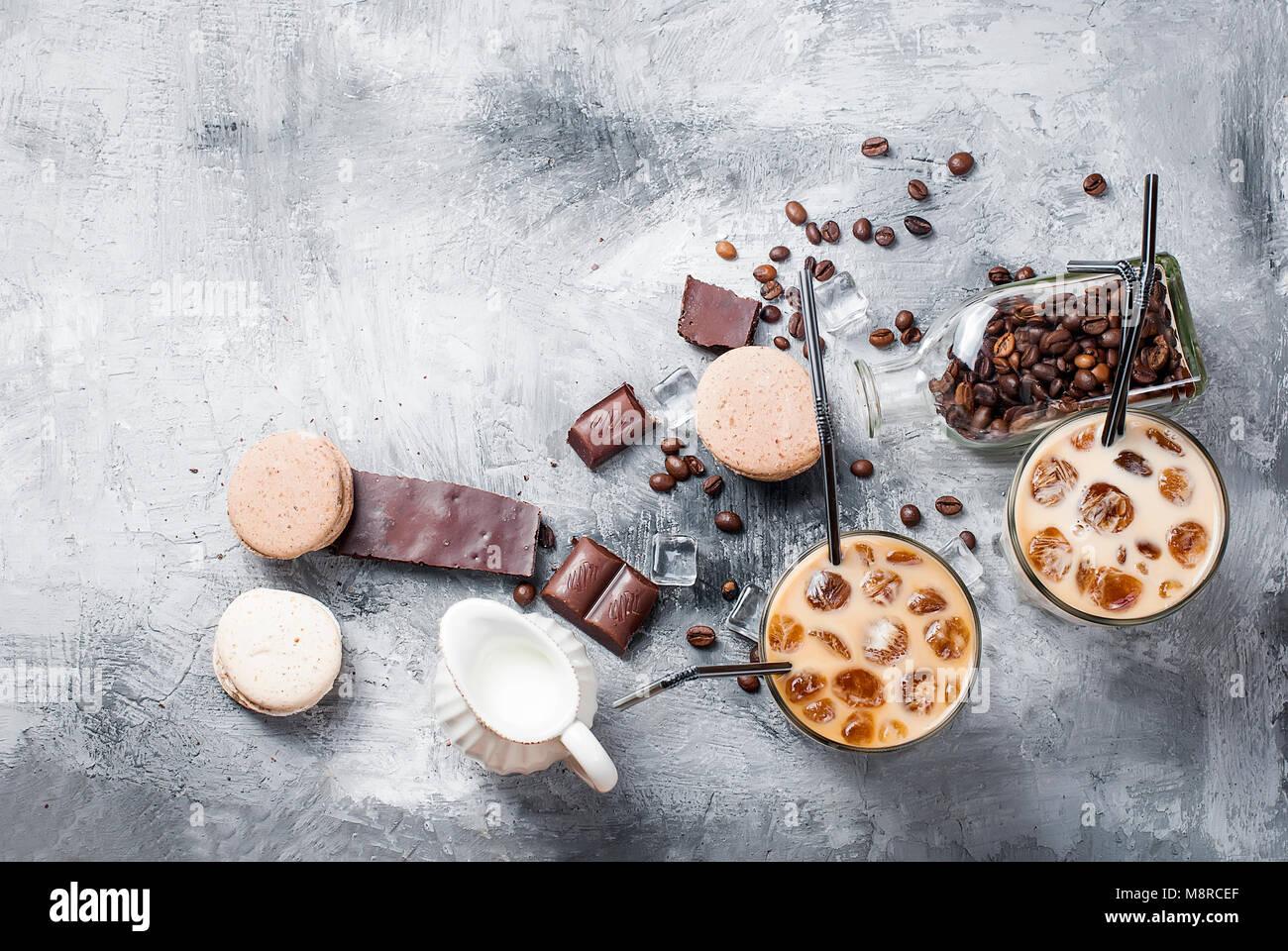 Kaffee Eis in Glas, Makronen,, Stücke von Schokolade und Kaffee Bohnen auf einem grauen Tabelle, Ansicht von Stockbild