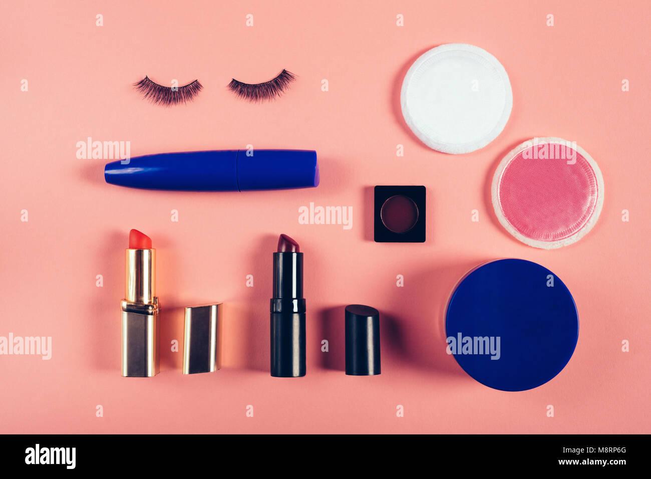 Ansicht von oben der Make-up-Ausrüstung auf farbigem Hintergrund Stockfoto