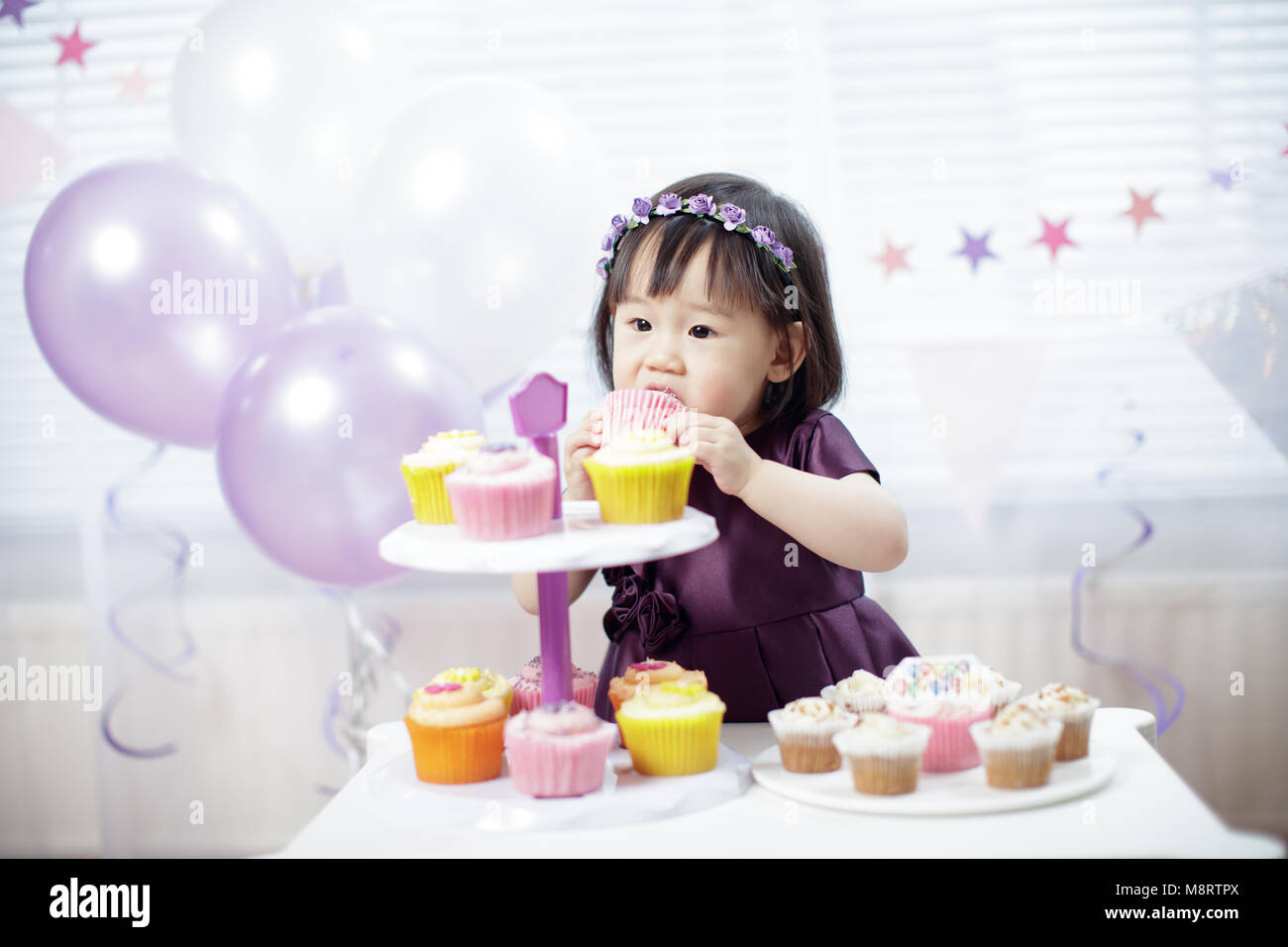 Baby Mädchen ihren zweiten Geburtstag feiern. Stockbild